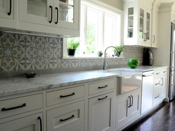 классическая кухня с бело-серым фартуком