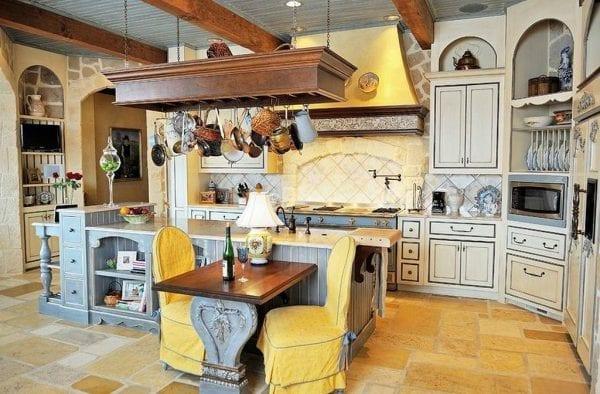 Интерьер кухни в стиле прованс с желто-голубым дуэтом