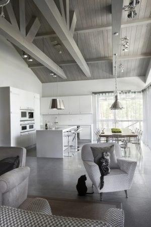 Интерьер кухни-гостиной в стиле шале