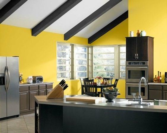 Черный гарнитур на фоне желтого цвета