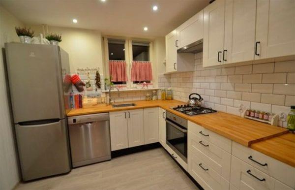 Облицовка кухни белой плиткой «кабанчик»