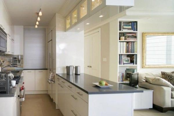 Дизайн кухни с мебелью до потолка