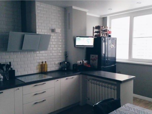 На фото – кухня с холодильником на балконе.