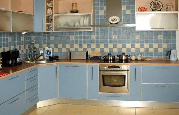 Дизайн угловой кухни в 9 кв. метров в бледно-голубых тонах