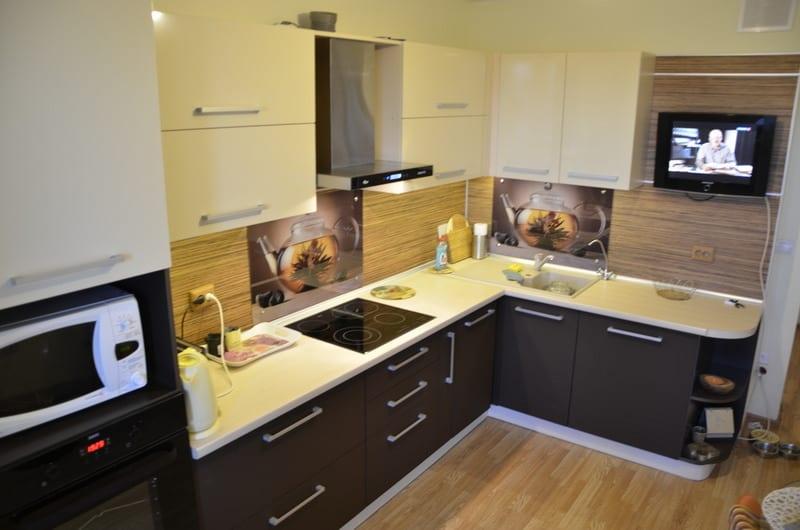 дизайн угловой кухни 9 кв м фото интерьеров с холодильником в