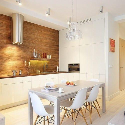 белая кухня с деревянной столешницей или под дерево 70 фото