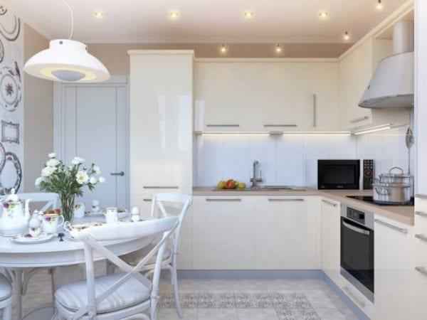 Интерьер кухни в белых тонах с темными акцентами