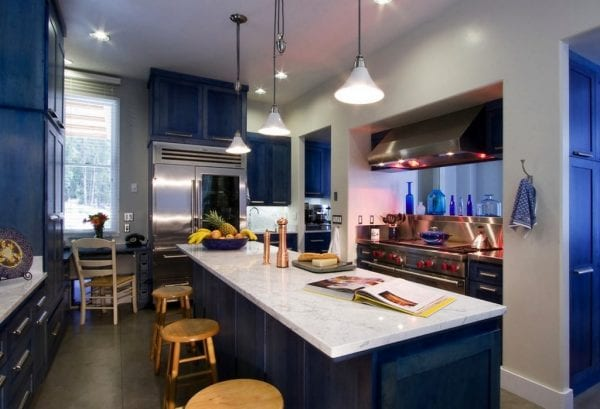Интерьер с синей кухней