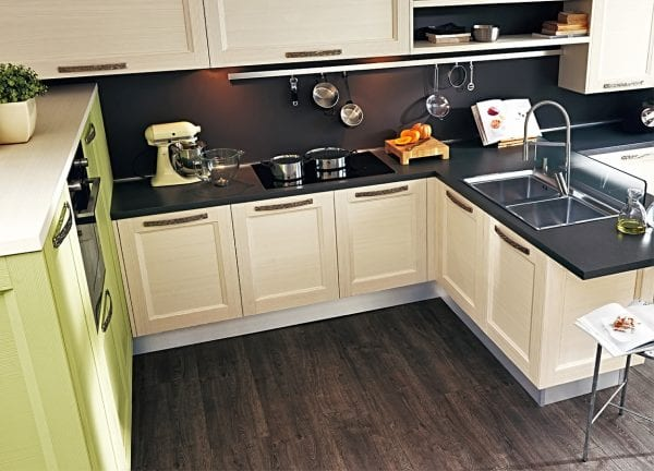 Маленькая кухня с темным полом