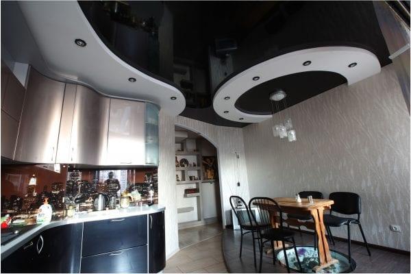 Кухня с темным потолком