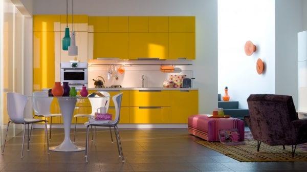 Яркая кухня на фоне белоснежных стен