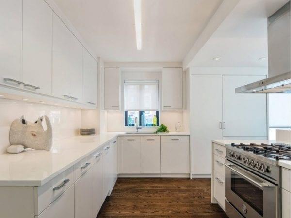 Угловая кухня с гарнитуром во всю высоту помещения