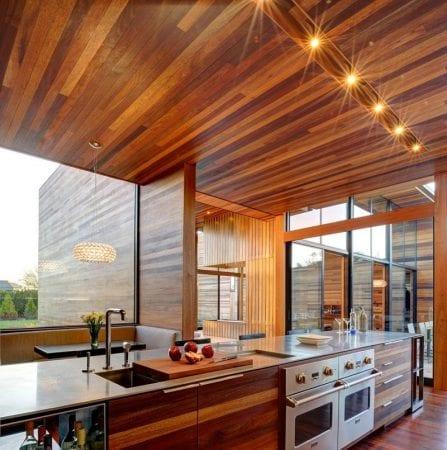 Дизайн потолка на кухне с вагонкой