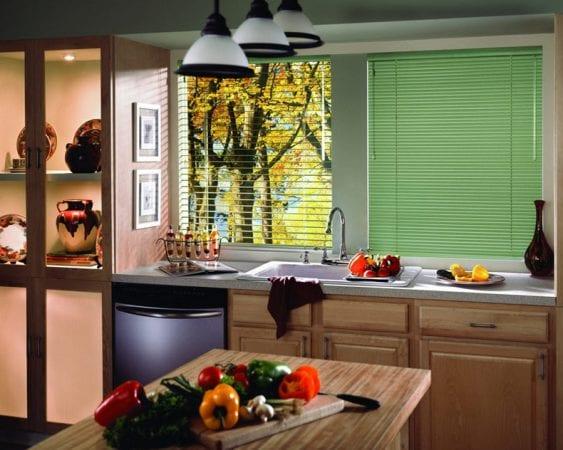 Выбираем лучшие варианты жалюзи для кухни вместо штор