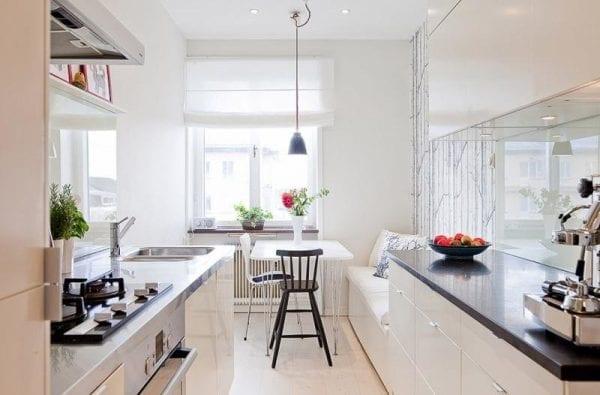 Дизайн узкой кухни со столовой из двух диванов
