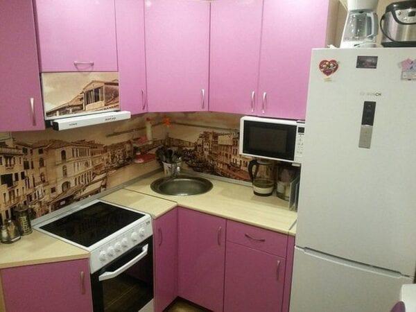 Розовая кухня в хрущевке