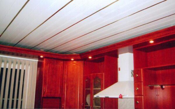 Навесные потолки в кухню алюминиевые
