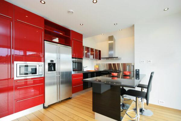 Кухня Модерн на красной стене