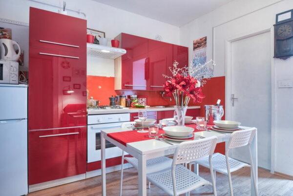 Красные обои в интерьере кухни фото