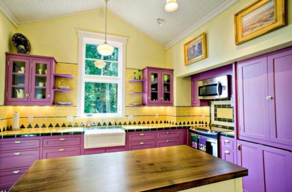 Кухня в сиренево-желтых тонах
