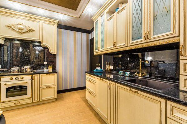 Классическая кухня в бело-золотой палитре