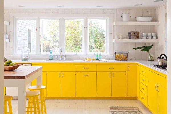 Интерьер с большими окнами желтый