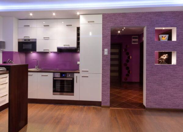 Белая кухня с фиолетовыми обоями