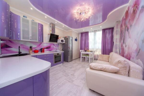 Кухня с гостиной в сиреневых тонах