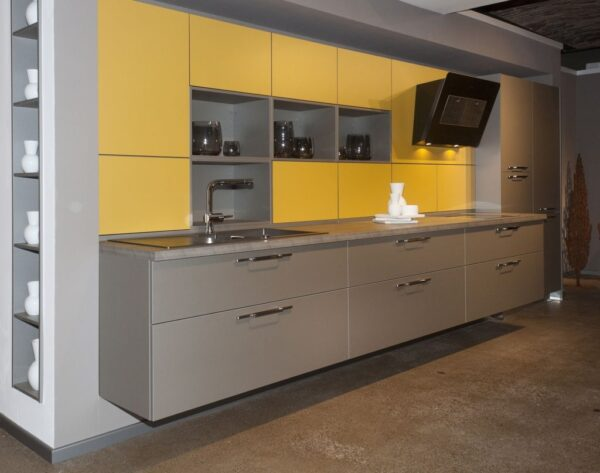 Серо желтая кухня