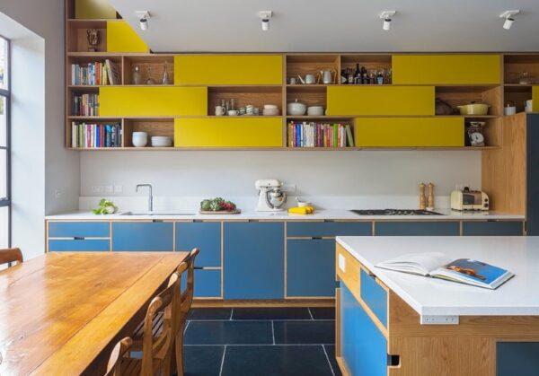 Сине-шафрановая кухня в современном стиле