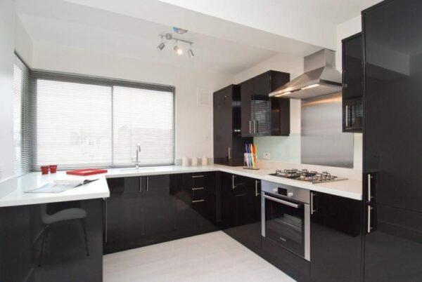 П-образные кухни черного цвета