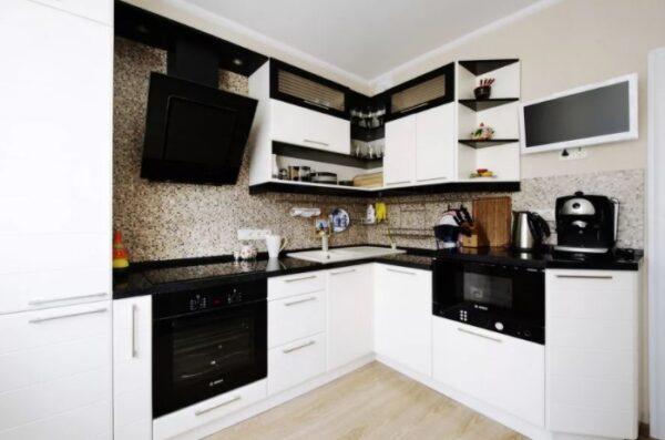 Черно-белая кухня в небольшой квартире: белый гарнитур, черная техника
