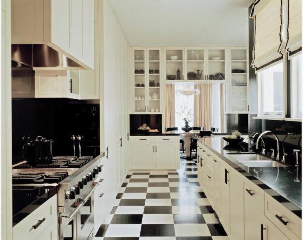 Угловая классическая кухня с черно-белым полом и такими же акцентными обоями