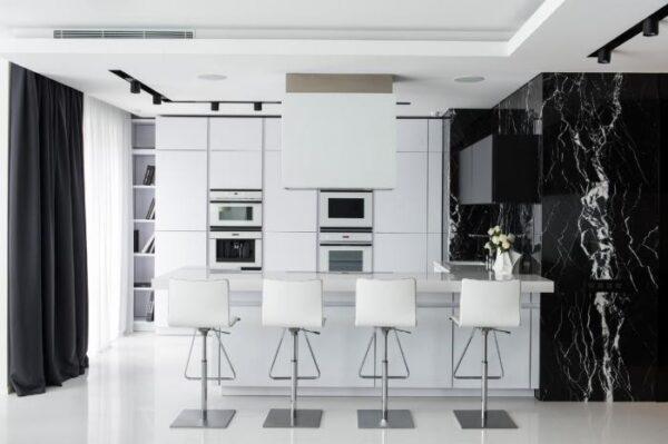 Глянцевая кухня в стиле хай-тек в черно-белых тонах