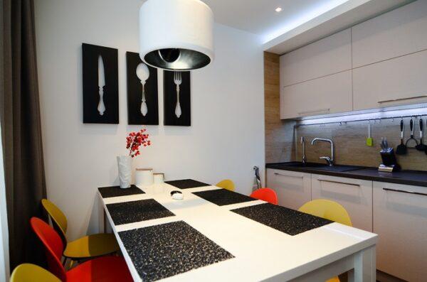 Черно белая кухня с акцентами