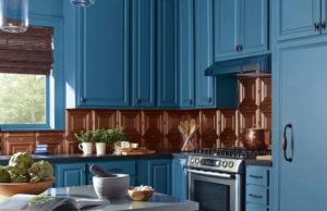Покрашенные фасады кухни в бирюзовый цвет